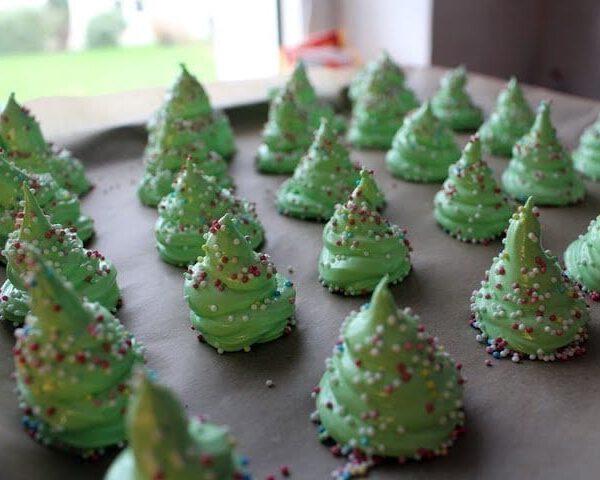 Baiser Tannenbäume: Weihnachtsbäckerei mit Kindern 16