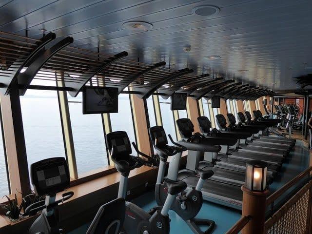 AIDAmar Sportstudio mit Blick aufs Meer