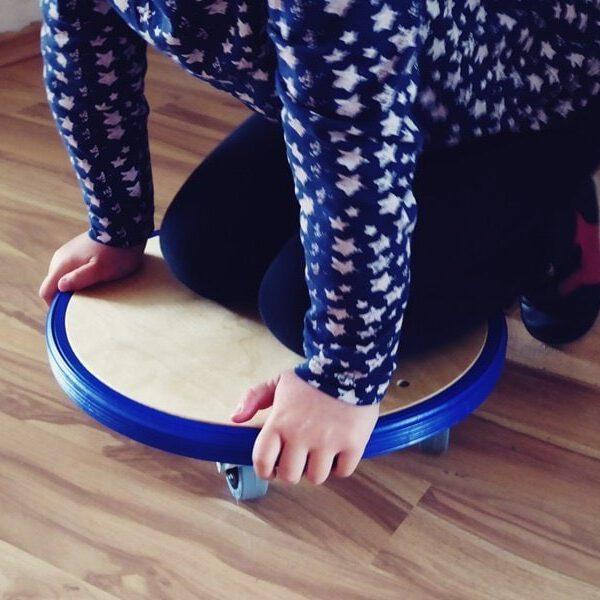 Leonie testet das pedalo Rollbrett 2