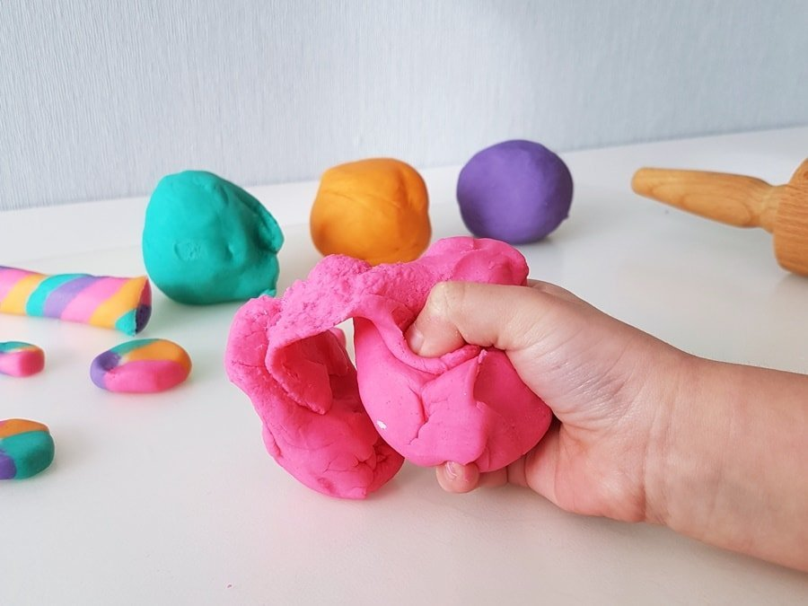 Selbstgemachte Knete: Einfaches Rezept und Anleitung zum Knete selber machen mit Kindern.