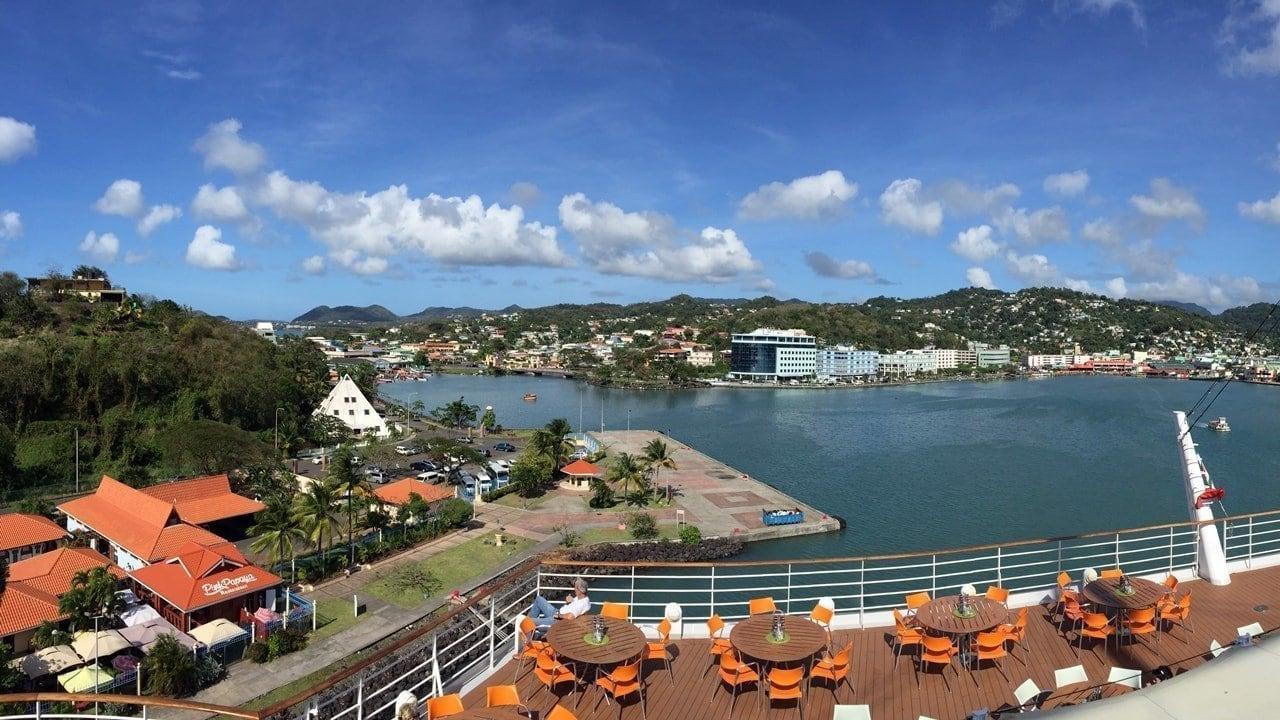 Blick von der AIDAdiva auf den Hafen in St. Lucia Castries