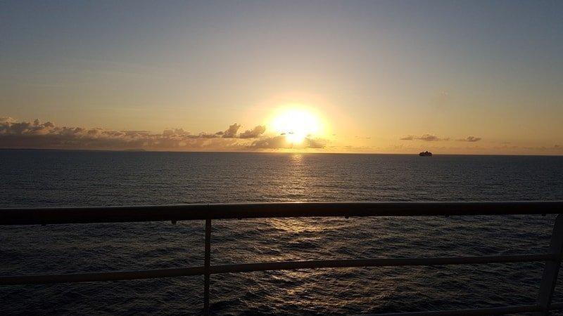Sonnenaufgang: AIDAdiva vor Guadeloupe