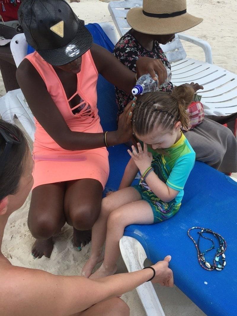 Kleines Mädchen mit Rastazöpfen (Braids)