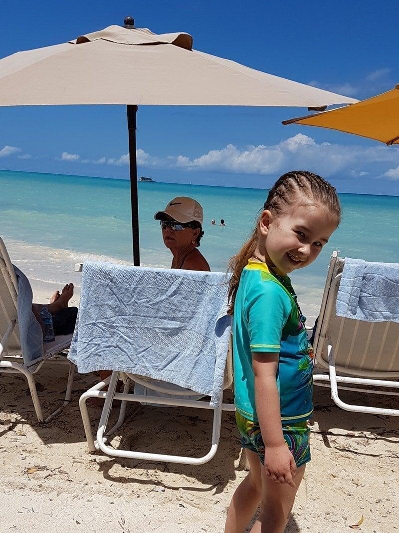 Mädchen am Strand von Antigua, Dickenson Bay