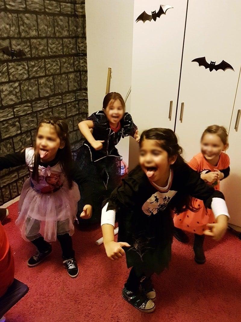 Halloween: Kinder tanzen Chi-Chi-Wa