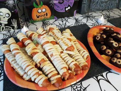 Halloween-Buffet: Mumien-Würstchen und Kacki-Kekse