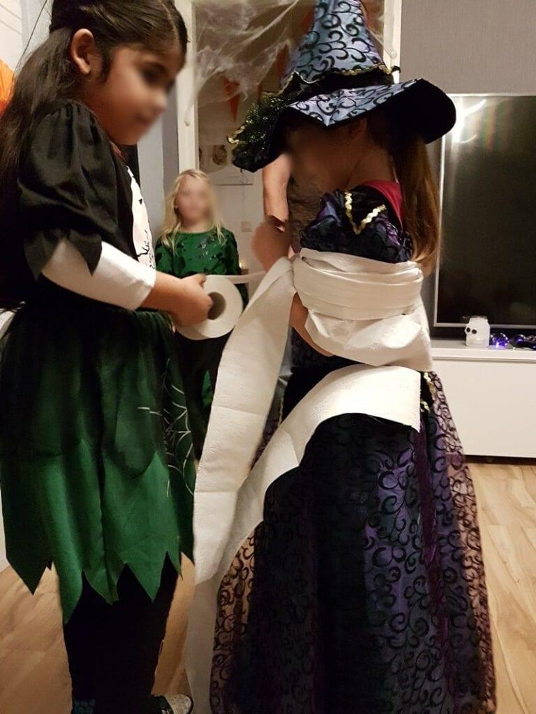 Kinderspiele zur Halloween Party: Mumienwickeln