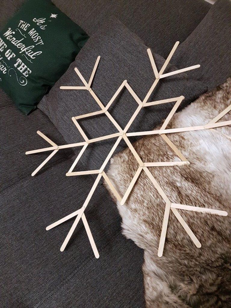 Schneeflocke basteln aus Eisstielen