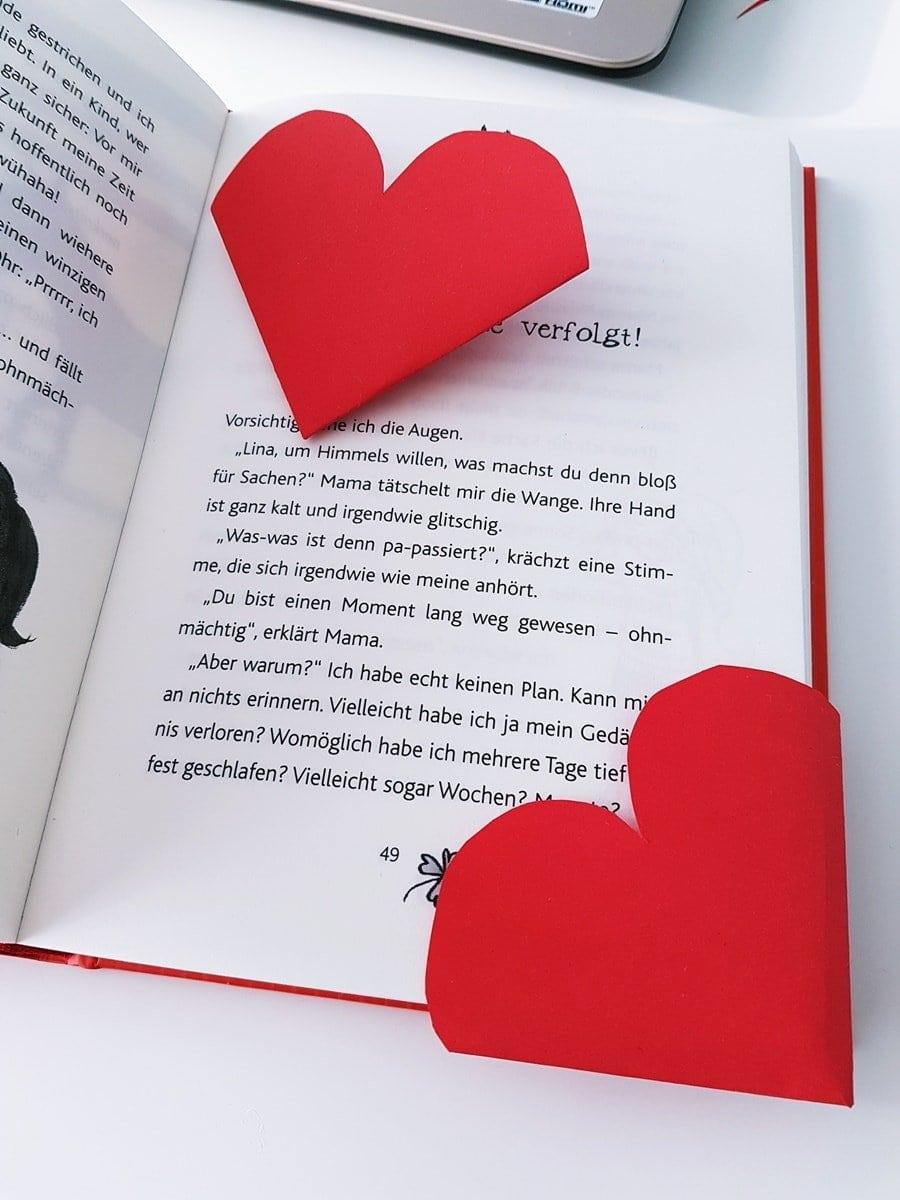 Bastelanleitung: Herz Lesezeichen basteln. Lesezeichen für Kinder ganz einfach selber machen