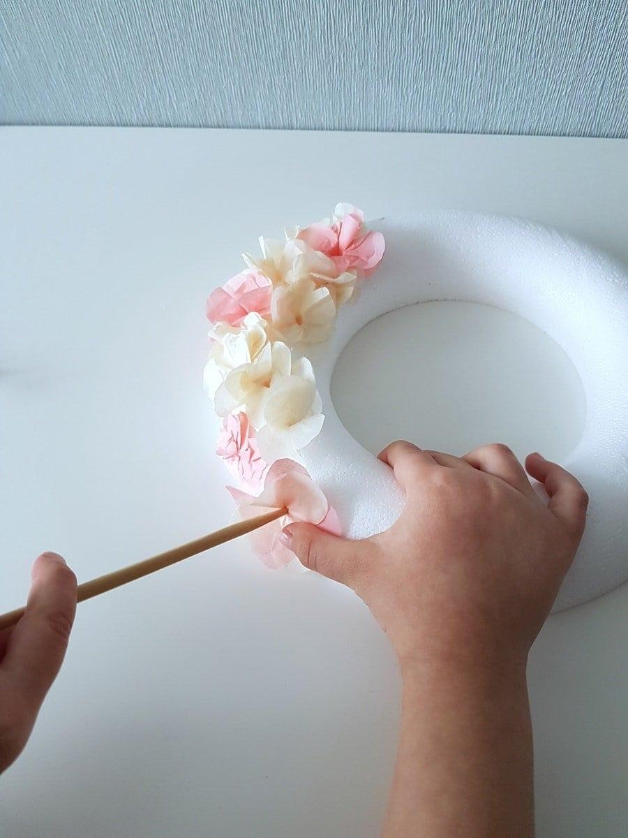 Sehr Türkranz mit Seidenpapier Blüten: Einfache Bastelanleitung für Kinder OS02