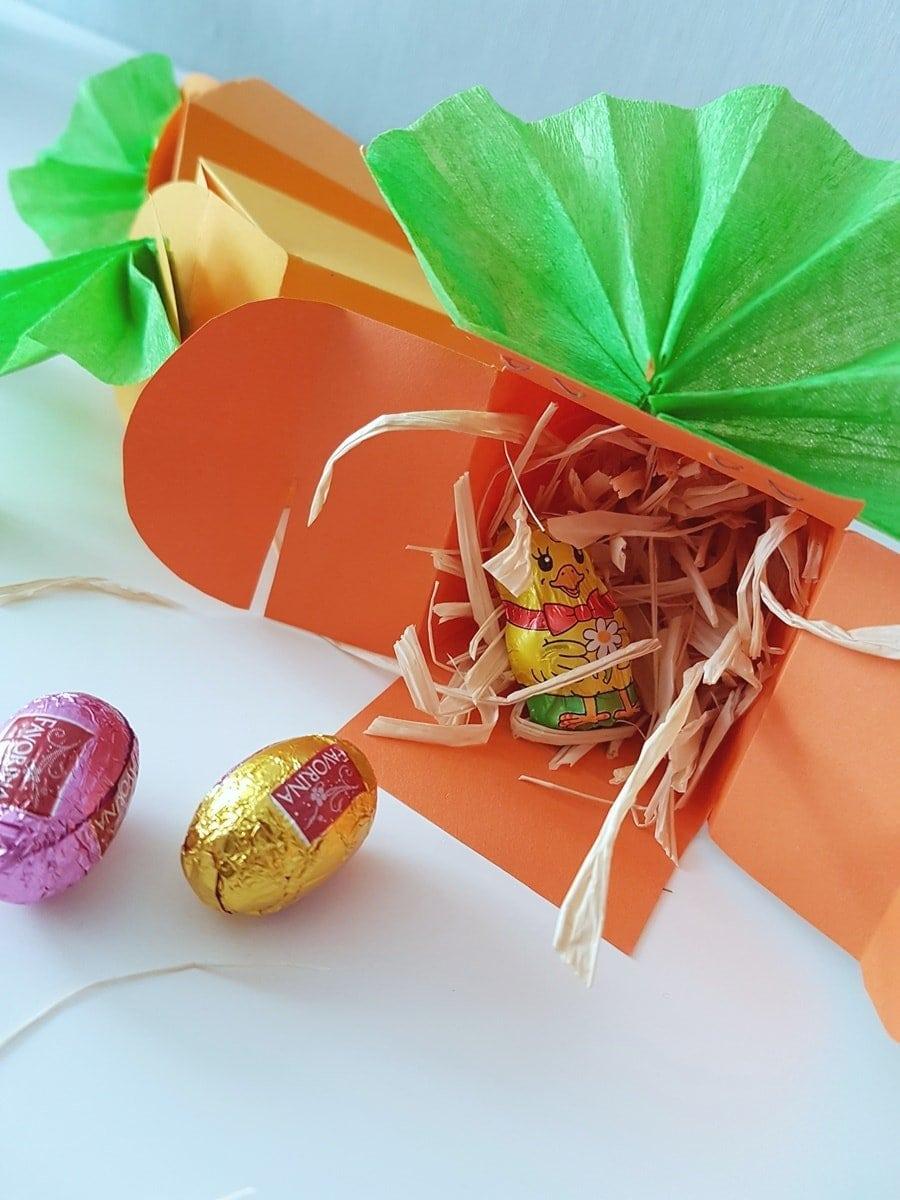Selbst gebastelte Möhren Geschenkverpackung zu Ostern