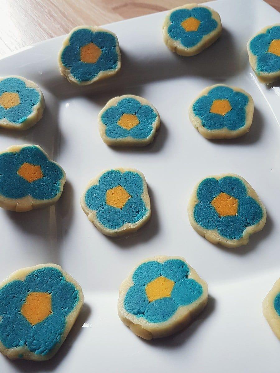 Originelle Kekse mit Blumen-Motiv (innen) backen: Einfaches Rezept für Plätzchen ohne Ausstechform