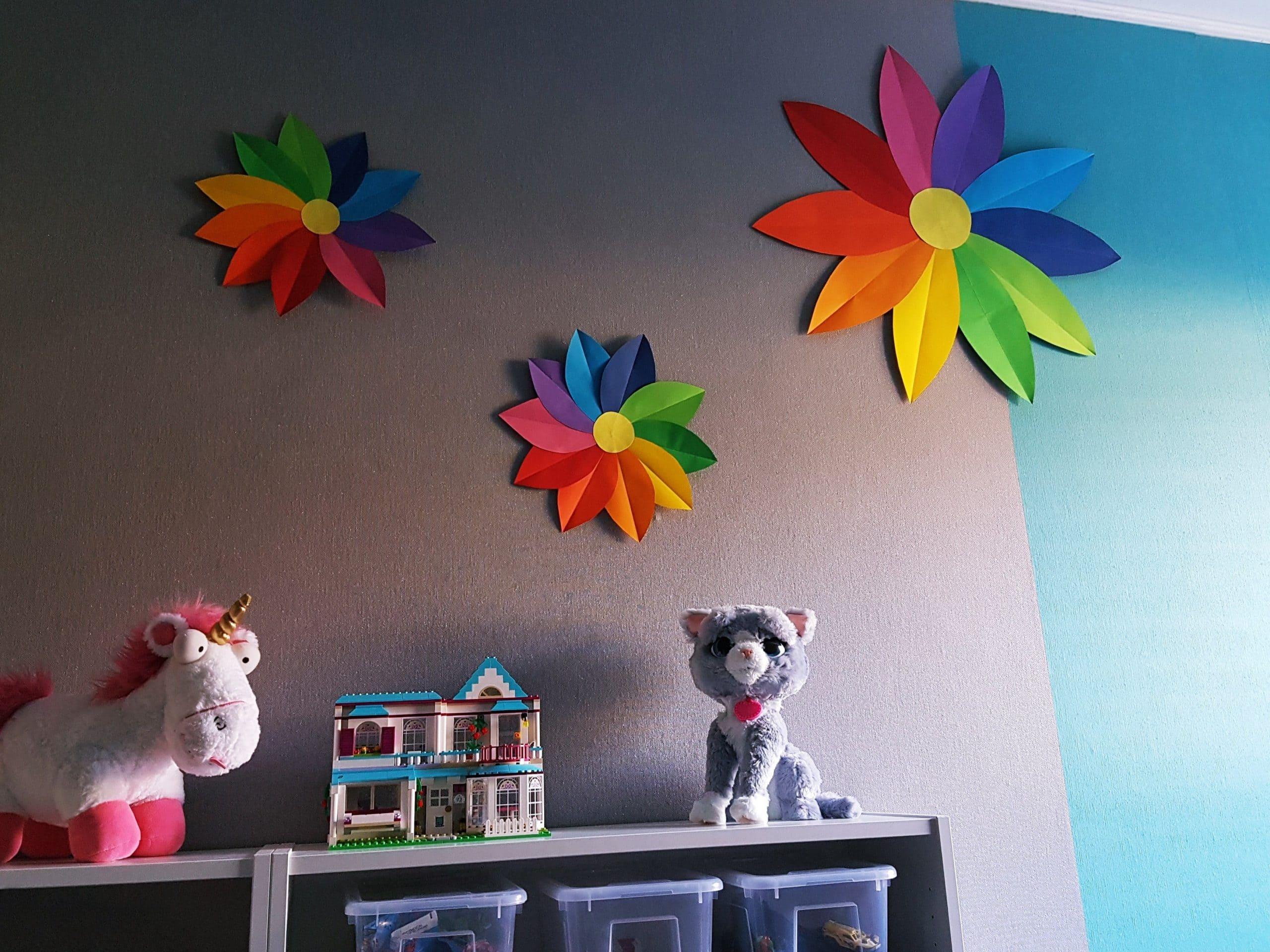 Große Papierblumen in Regenbogen-Farben basteln mit Kindern