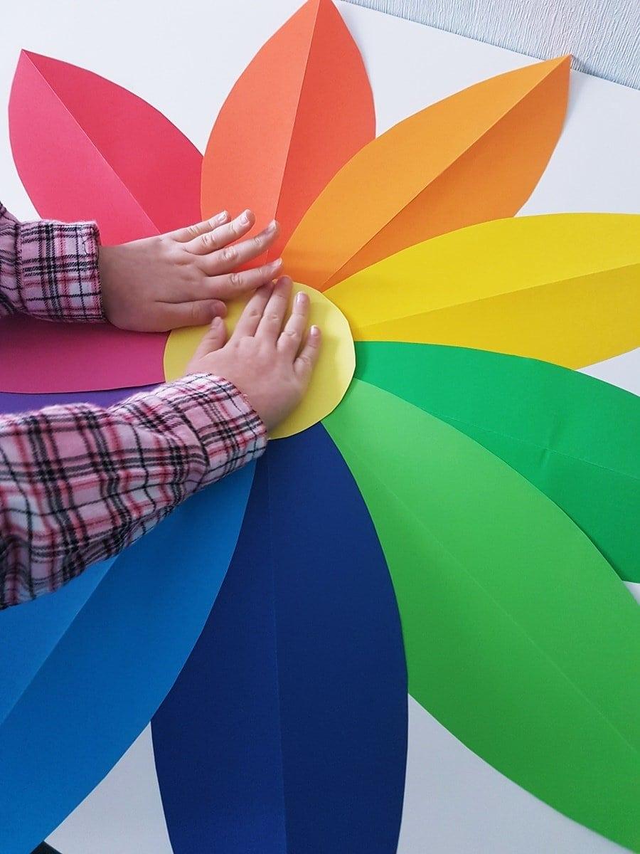 Große Papierblumen basteln mit Kindern