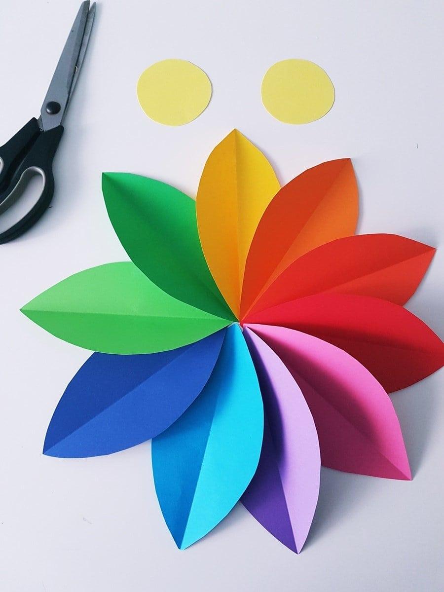 Papierblumen basteln: Einfache Anleitung für eine Kinderzimmer Blumen Wanddeko aus Papier