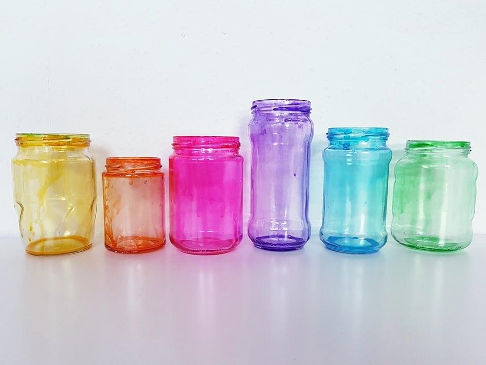 Wie man Gläser und Flaschen mit Lebensmittelfarbe färbt