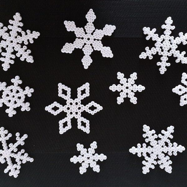 Weihnachtsdeko selbstgemacht – mit Bügelperlen! DIY Schneeflocken und Eiskristalle.