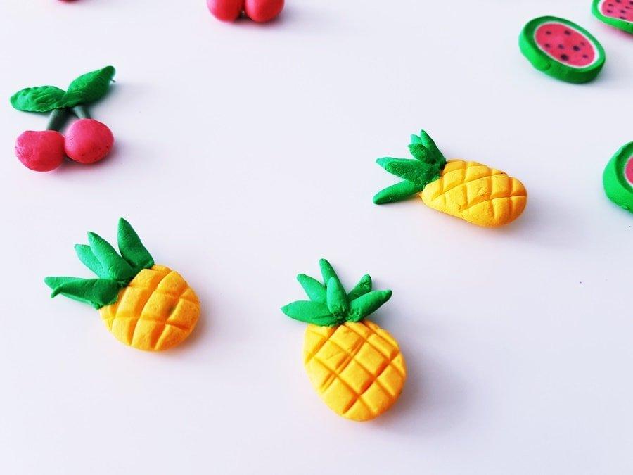 DIY Magneten Geschenkidee #DIYCraft #Magnete #selberMachen #Kindergarten #selbstgemacht #Deko #Bastelidee #Basteltipp #Modelliermasse #Kaltporzellan #Rezept #Anleitung #Sommer #Früchte #Fruit #Geschenkidee