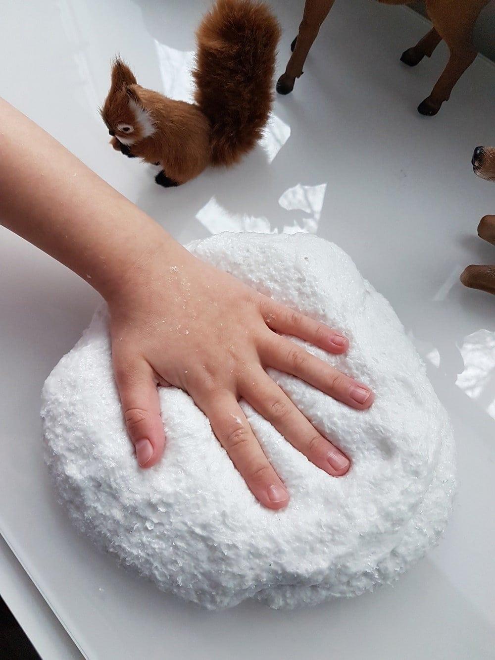 Schneeweißer Schleim mit Kunstschnee: Rezept & Anleitung zum Schnee Slime selber machen