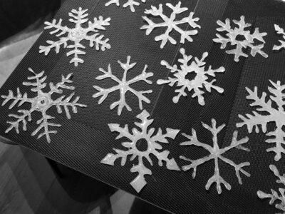 Glitzernde Schneeflocken aus Heißkleber selber machen