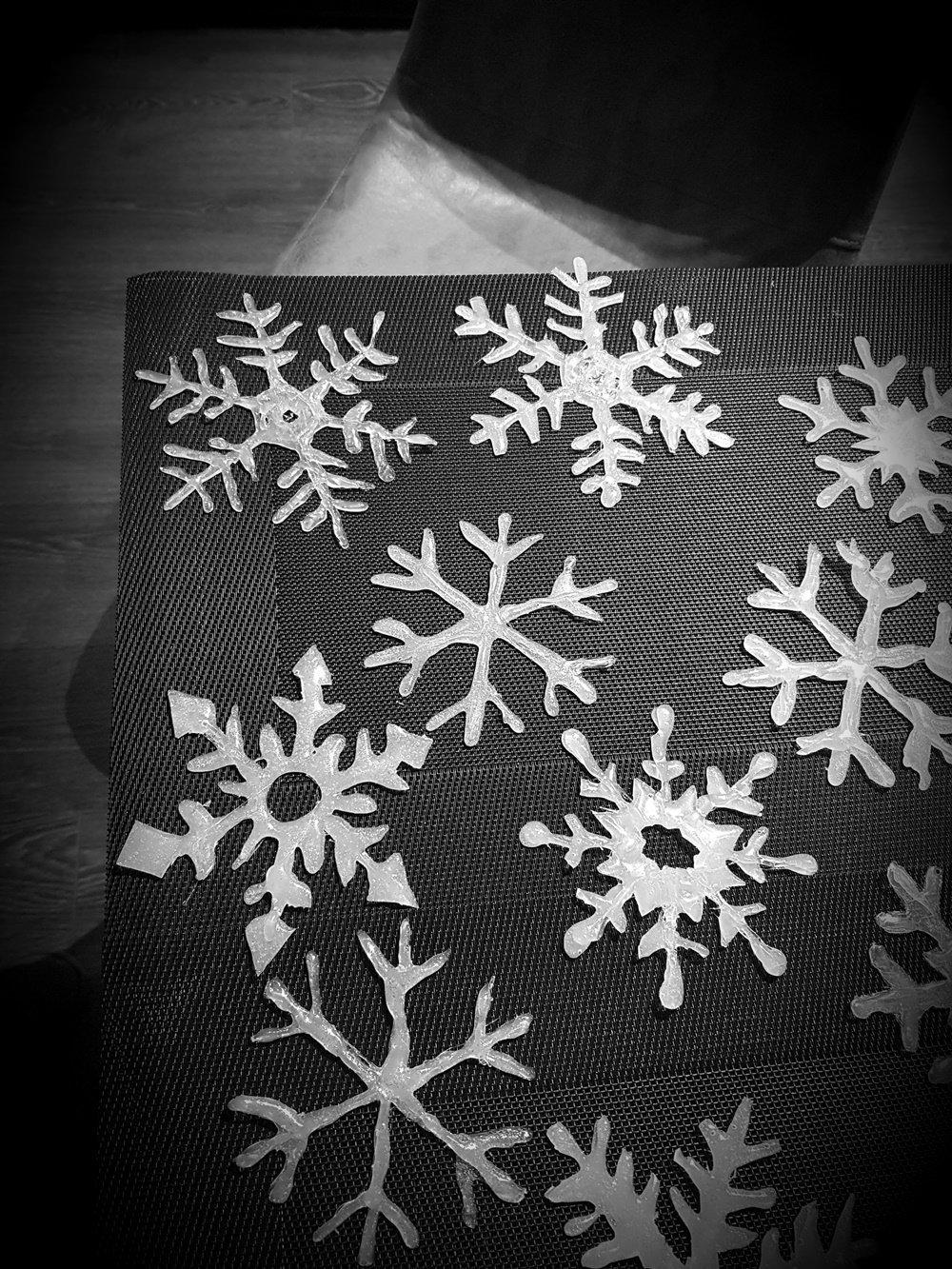 Schneeflocken Fensterdeko selber machen aus Heißkleber