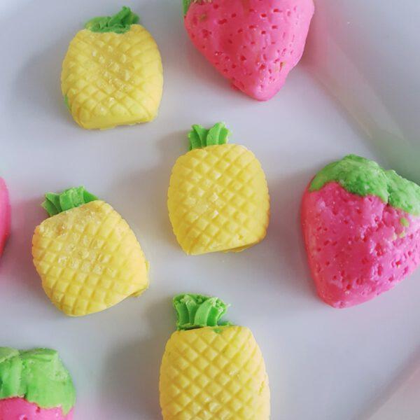 Sommerliche Erdbeeren und Ananas Knetseife